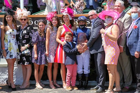 Gift List, Javier Castellano up, wins the Edgewood (G2T) at Churchill Downs on April 30, 2021.