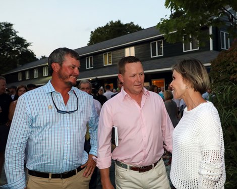 Travis Durr in blue, David Hudson, Becky Thomas, 2021 Fasig-Tipton Saratoga Selected Yearling Sale